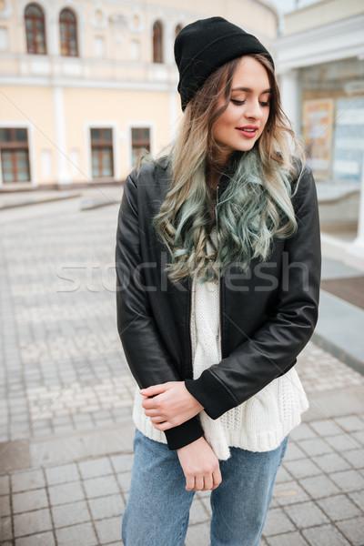 Stockfoto: Aantrekkelijk · jonge · vrouw · hoed · lopen · straat