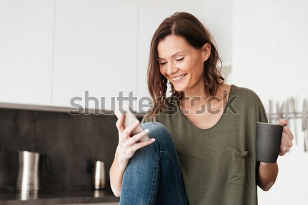 Portret glimlachend jonge vrouw lezing krant Stockfoto © deandrobot