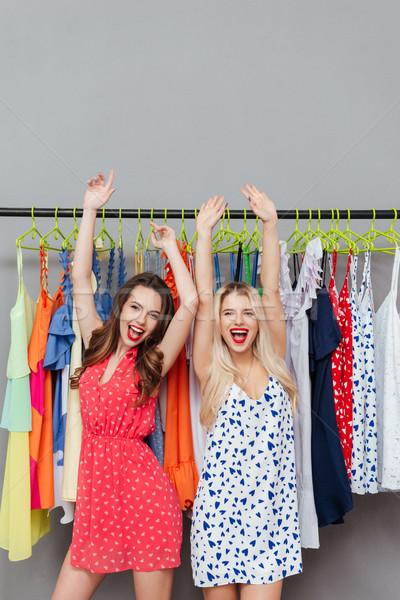 Nők felemelt kezek boldog fiatal nők áll fogas Stock fotó © deandrobot