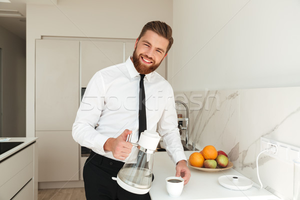 Glimlachend bebaarde zakenman koffie keuken naar Stockfoto © deandrobot