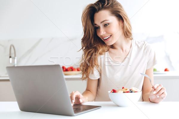 Stok fotoğraf: Güzel · kadın · dizüstü · bilgisayar · yeme · meyve · genç