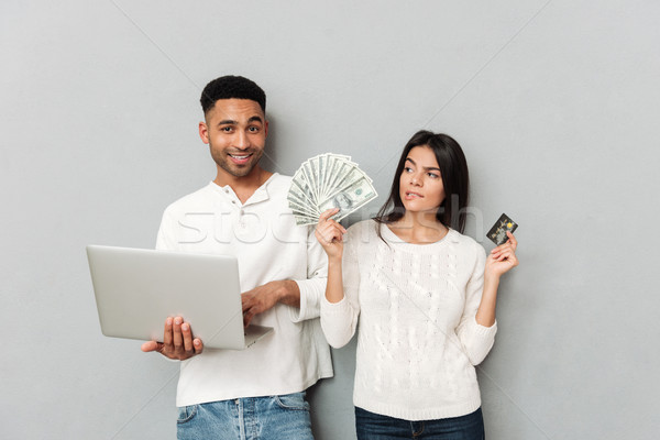 Man laptop permanente vrouw kaart cash Stockfoto © deandrobot