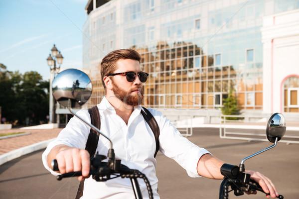 Legal barbudo homem óculos de sol mochila moderno Foto stock © deandrobot