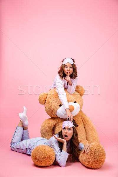 Deux heureux jeunes filles pyjama séance Photo stock © deandrobot