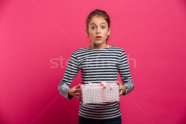 Geschokt opgewonden tienermeisje geschenk verrassing Stockfoto © deandrobot