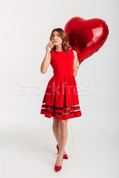 Stok fotoğraf: Tam · uzunlukta · portre · güzel · genç · kadın · kırmızı · elbise