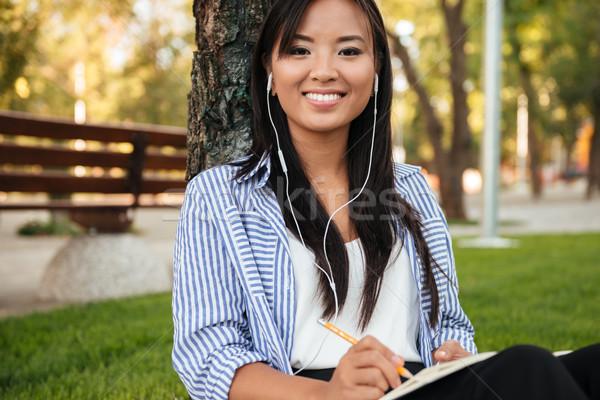 Zdjęcia stock: Piękna · asian · kobiet · student · słuchanie · muzyki