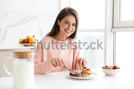 Portret szczęśliwy uśmiechnięta kobieta zbóż śniadanie posiedzenia Zdjęcia stock © deandrobot