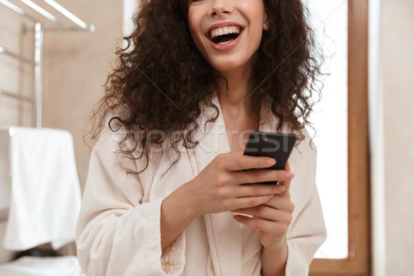 Obraz młodych piękna kobieta łazienka telefonu komórkowego strony Zdjęcia stock © deandrobot
