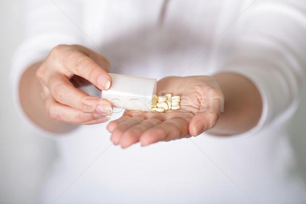 錠剤 手 女性 医療 健康 薬 ストックフォト © deandrobot