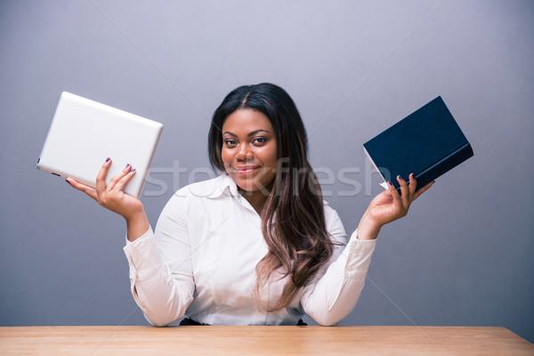 Empresária escolher ebook papel livro africano Foto stock © deandrobot