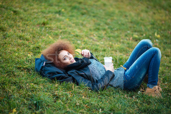 Vrouw groen gras beker koffie portret gelukkig Stockfoto © deandrobot