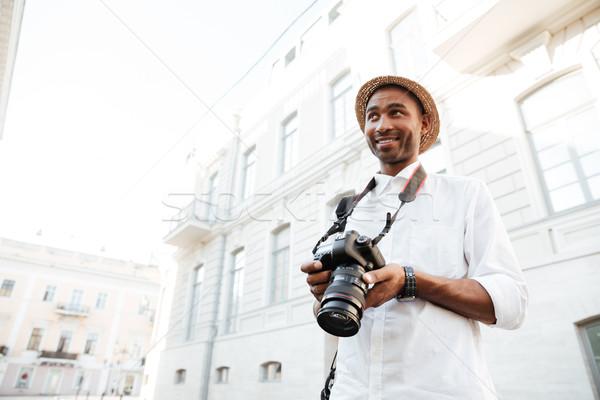 Afro fotograf ulicy Fotografia człowiek szczęśliwy Zdjęcia stock © deandrobot