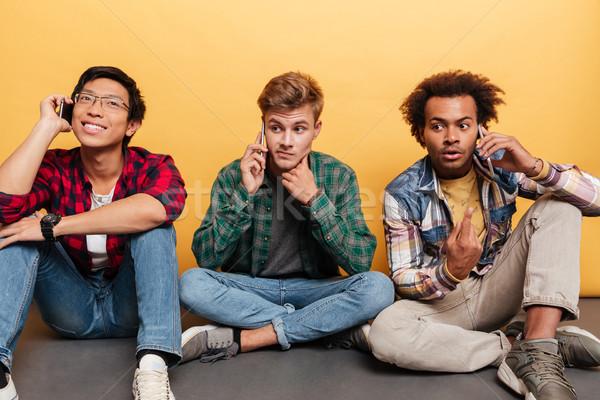 три друзей сидят говорить сотового телефона Сток-фото © deandrobot