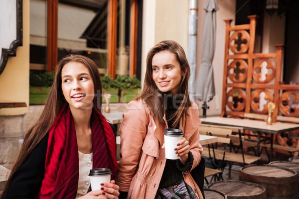 Foto stock: Dos · sonriendo · mujeres · sesión · potable · café