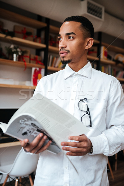 молодые африканских бизнесмен чтение журнала фото Сток-фото © deandrobot