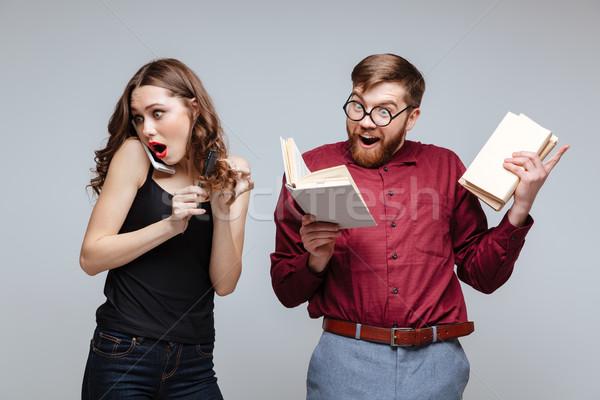 Mulher falante telefone masculino nerd leitura Foto stock © deandrobot