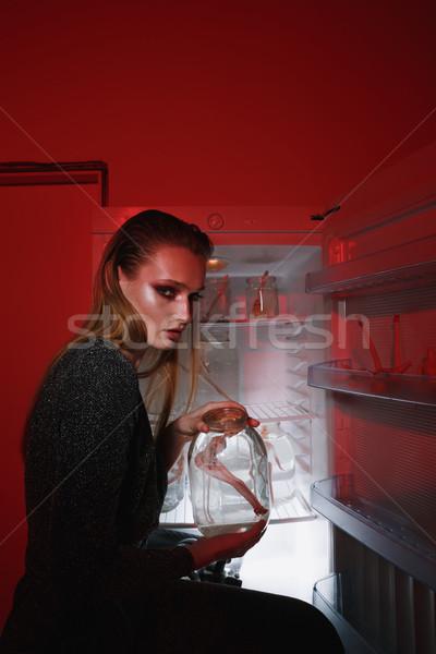 Seitenansicht Frau halten jar Puppe Kleid Stock foto © deandrobot