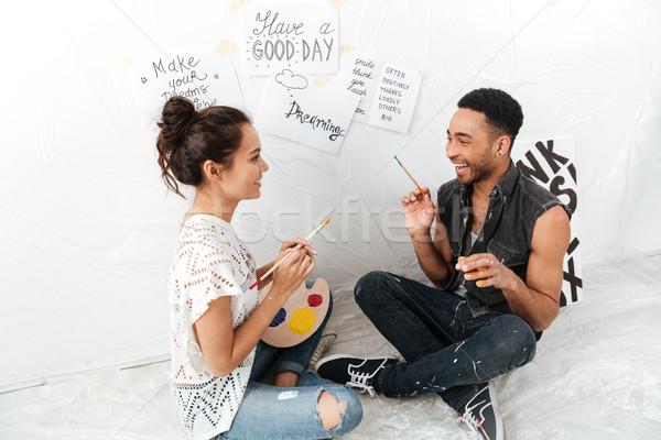 Glimlachend jonge liefhebbend paar vergadering vloer Stockfoto © deandrobot