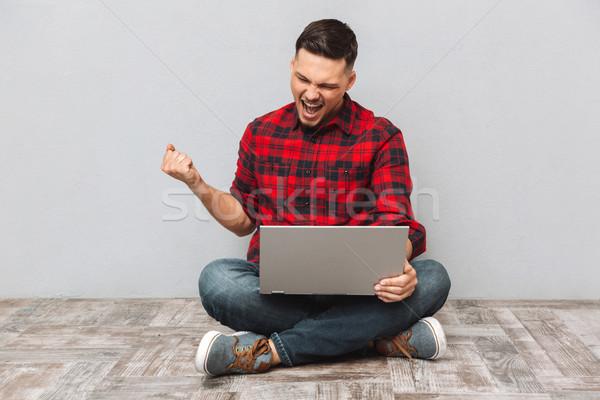 ストックフォト: 肖像 · 若い男 · ラップトップを使用して · 祝う · 成功 · 幸せ