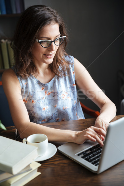 9f64217cfd0c9d Portret rijpe vrouw bril typen laptop glimlachend Stockfoto © deandrobot
