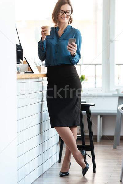 ストックフォト: 女性 · 眼鏡 · 立って · カップ · コーヒー · カフェ