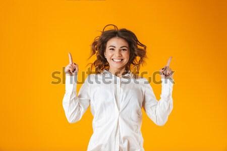 Mooie glimlachend schoolmeisje uniform poseren Stockfoto © deandrobot