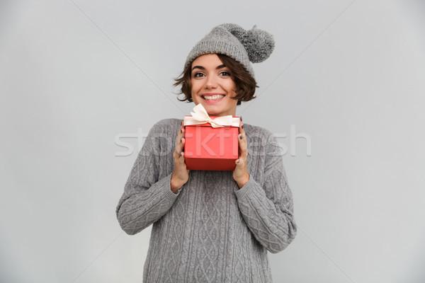 Donna sorridente maglione caldo Hat regalo Foto d'archivio © deandrobot