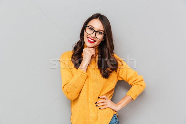 Boldog nő pulóver szemüveg kar csípő Stock fotó © deandrobot