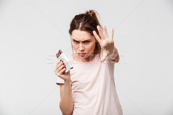 Portré mérges aranyos lány tart csokoládé szelet Stock fotó © deandrobot