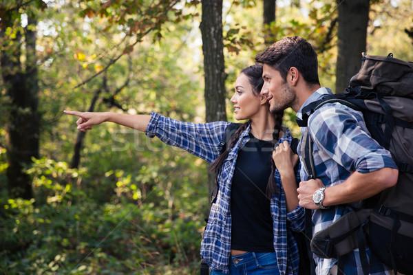 Mulher indicação algo namorado retrato floresta Foto stock © deandrobot