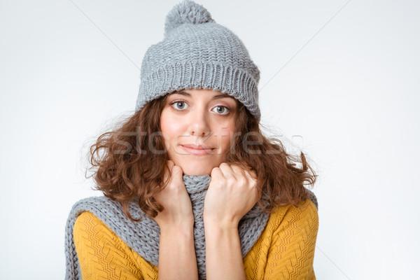 Femme écharpe chapeau regarder caméra portrait Photo stock © deandrobot