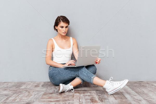 Portret peinzend jonge brunette meisje met behulp van laptop Stockfoto © deandrobot