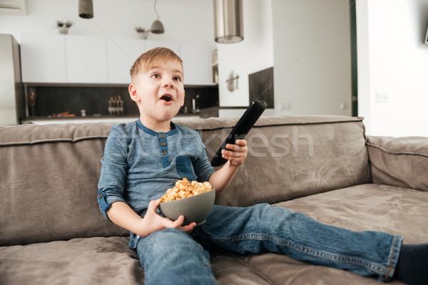 Fiú néz tv tart pattogatott kukorica kezek Stock fotó © deandrobot