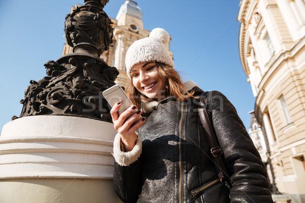 Stockfoto: Aantrekkelijk · jonge · dame · lopen · straat · telefoon