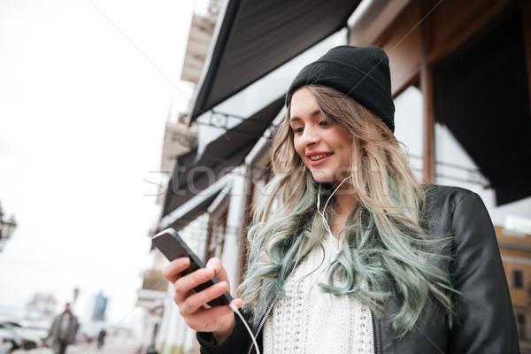 Foto stock: Jóvenes · dama · sombrero · escuchar · música