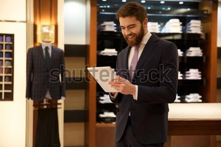 Grave pensativo hombre tienda barbado traje Foto stock © deandrobot