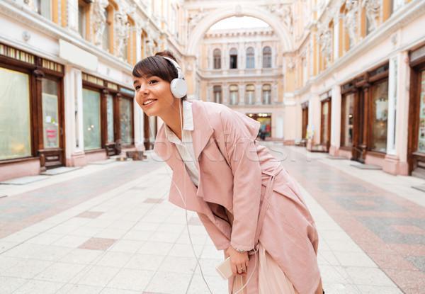 Nina escuchar música auriculares calle de la ciudad atractivo niña feliz Foto stock © deandrobot