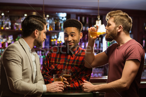 Heureux amis up bar rire Homme Photo stock © deandrobot