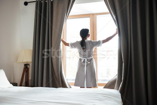 Vrouwelijke opening venster gordijnen hotelkamer huishouding Stockfoto © deandrobot