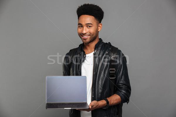 Portret uśmiechnięty młodych Afryki człowiek Zdjęcia stock © deandrobot