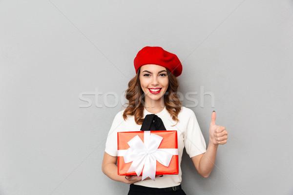 Porträt lächelnd Schülerin einheitliche halten Geschenkbox Stock foto © deandrobot