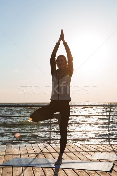 若い女の子 立って ヨガのポーズ ビーチ ストックフォト © deandrobot