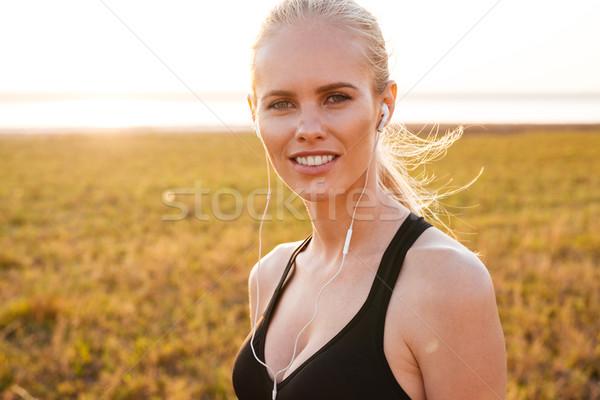 Portret glimlachend vrolijk vrouw Stockfoto © deandrobot