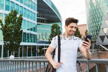 Zakenman beker koffie lopen stad jonge Stockfoto © deandrobot