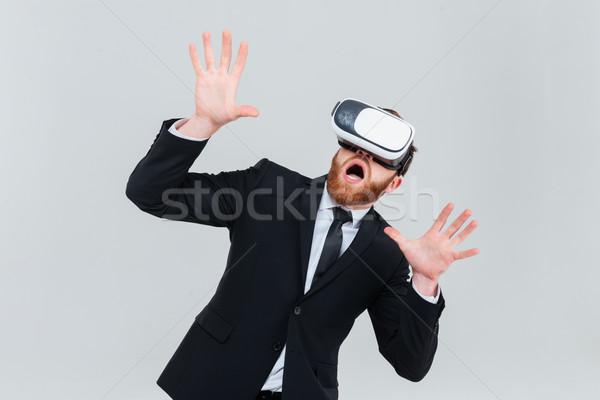 Sorprendido hombre de negocios virtual realidad dispositivo barbado Foto stock © deandrobot