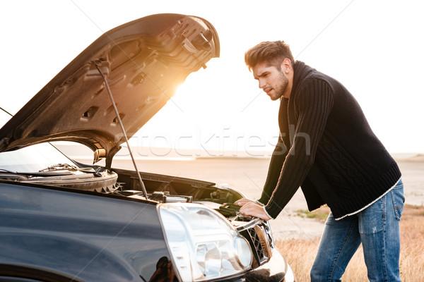 Giovani casuale uomo auto rotta sconvolto esterna Foto d'archivio © deandrobot