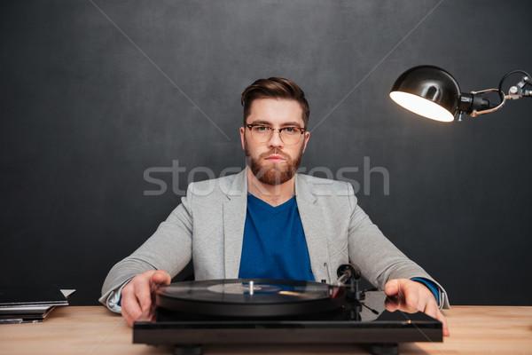 Poważny brodaty biznesmen okulary gramofonu tabeli Zdjęcia stock © deandrobot