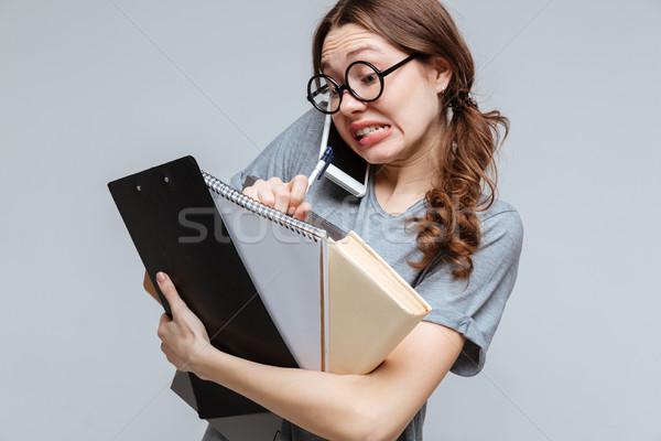 Geschokt onhandig vrouwelijke nerd praten telefoon Stockfoto © deandrobot