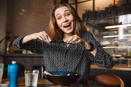 Verward schreeuwen jonge dame vergadering sofa Stockfoto © deandrobot
